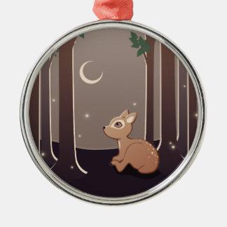 Cervatillo del bosque con las luciérnagas y el adorno navideño redondo de metal