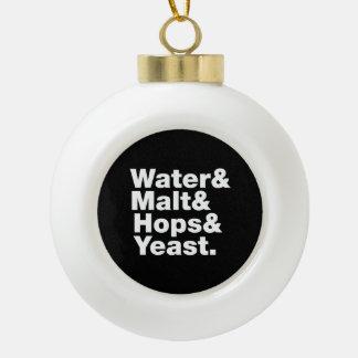 Cerveza = agua y malta y saltos y levadura adorno de cerámica en forma de bola