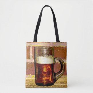 Cerveza con espuma en la bolsa de asas de cristal