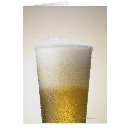 cerveza con la cabeza espumosa tarjeta de felicitación