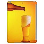 Cerveza de colada del camarero, vidrio de una bebi
