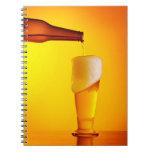 Cerveza de colada del camarero, vidrio de una bebi spiral notebooks