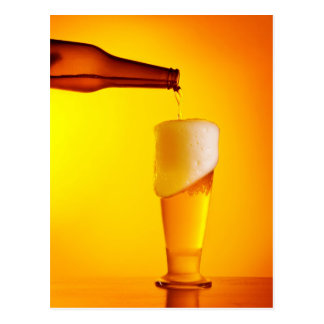 Cerveza de colada del camarero, vidrio de una bebi postal