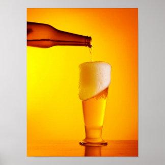 Cerveza de colada del camarero, vidrio de una bebi póster