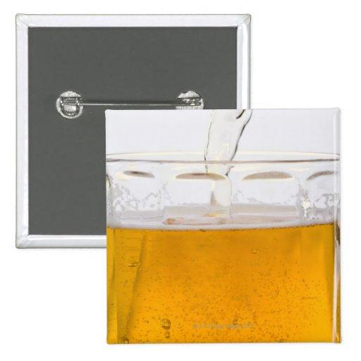 Cerveza de colada en la taza de cristal, extremo, pin cuadrado