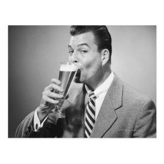 Cerveza de consumición del hombre de negocios postal