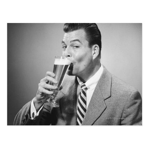 Cerveza de consumición del hombre de negocios tarjetas postales