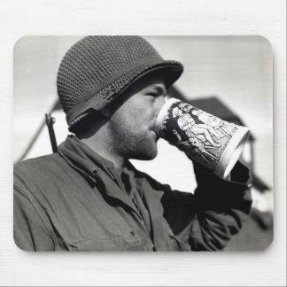 Cerveza de consumición del soldado americano de WW Tapete De Ratones