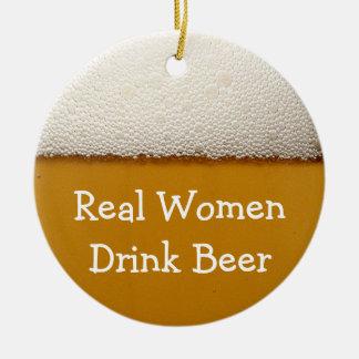 Cerveza de la bebida de las mujeres reales adorno navideño redondo de cerámica