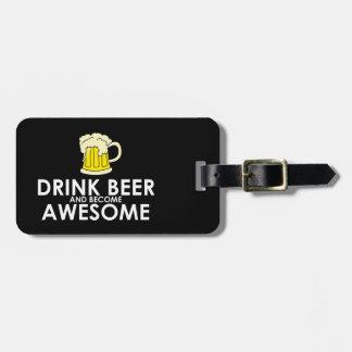 Cerveza de la bebida y llegado a ser impresionante etiquetas maleta