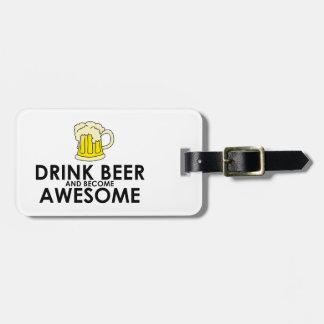 Cerveza de la bebida y llegado a ser impresionante etiquetas de maletas
