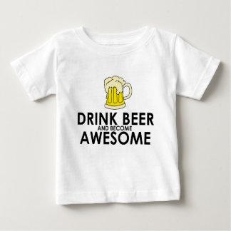 Cerveza de la bebida y llegado a ser impresionante playeras