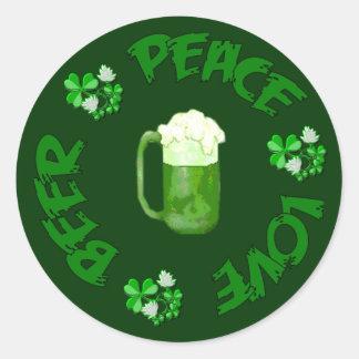 Cerveza del amor de la paz pegatina redonda