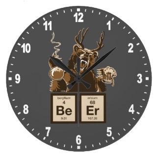 Cerveza descubierta oso divertido de la química reloj redondo grande