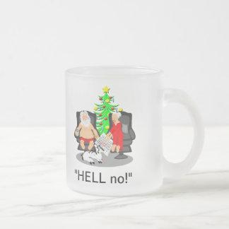 Cerveza divertida del navidad que bebe la taza de