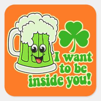 Cerveza divertida del verde del día del St Calcomanía Cuadradas Personalizadas