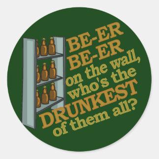 Cerveza divertida en la pared pegatina redonda
