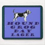 Cerveza dorada del azul del día del grog del perro alfombrillas de ratón