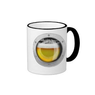 Cerveza dorada en su pecho taza