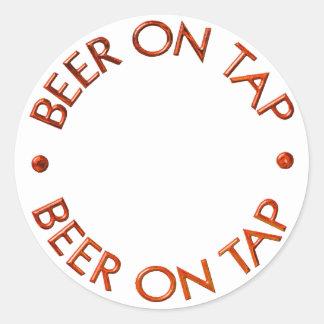 Cerveza en logotipo del golpecito pegatinas redondas