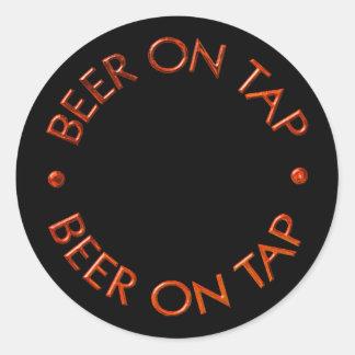 Cerveza en logotipo del golpecito pegatina redonda