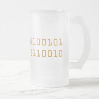 Cerveza escrita en stein helado del código binario taza de cristal