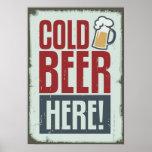 Cerveza fría aquí que hace publicidad de estilo de poster