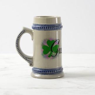 Cerveza inglesa irlandesa, trébol verde de jarra de cerveza