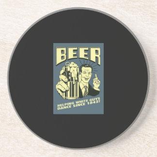Cerveza: los individuos blancos de ayuda bailan de posavasos para bebidas