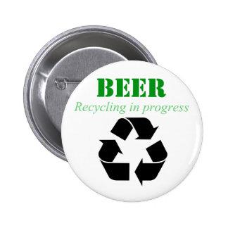 Cerveza que recicla en botón de proceso pins