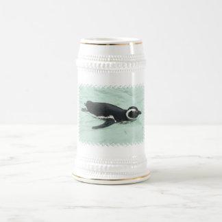 Cerveza Stein del pingüino de la natación Jarra De Cerveza