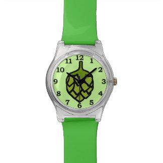 Cerveza verde de la planta de los saltos reloj de mano