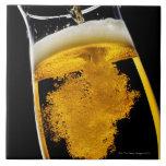 Cerveza vertido en el vidrio azulejo cuadrado grande