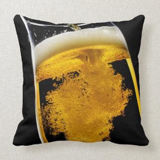 Cerveza vertido en el vidrio cojines