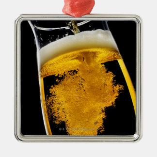 Cerveza vertido en el vidrio ornamento para arbol de navidad
