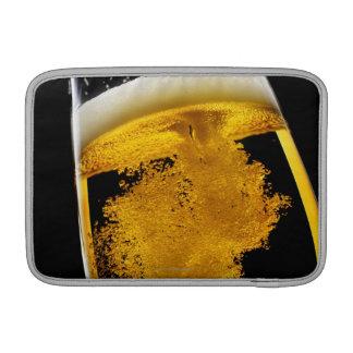 Cerveza vertido en el vidrio fundas macbook air