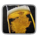 Cerveza vertido en el vidrio manga de iPad