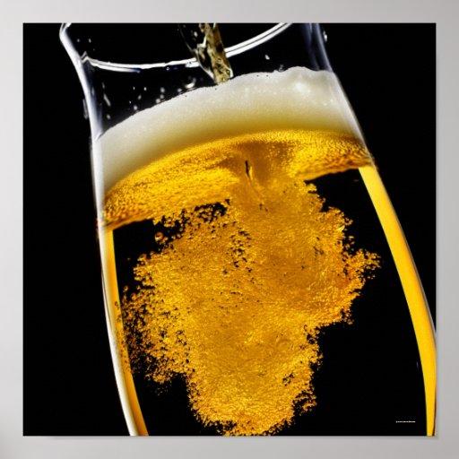 Cerveza vertido en el vidrio póster