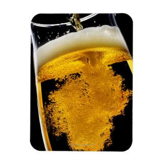 Cerveza vertido en el vidrio, tiro del estudio iman flexible