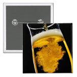 Cerveza vertido en el vidrio, tiro del estudio pins