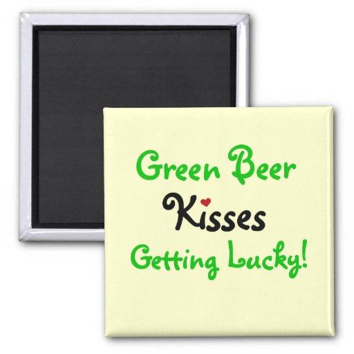 Cerveza y camisetas y regalos verdes de los besos iman