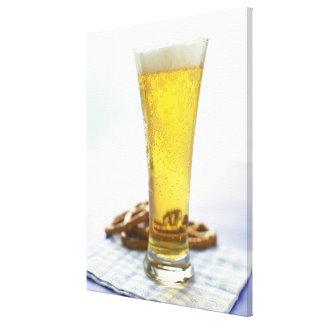 Cerveza y pretzeles lienzo envuelto para galerías