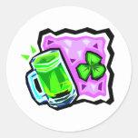 Cerveza y rocas verdes etiquetas redondas