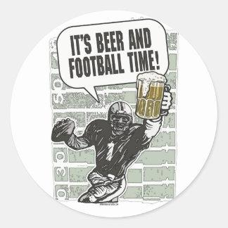 Cerveza y tiempo del fútbol por los estudios de pegatina redonda