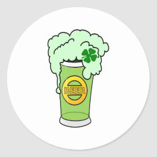 Cerveza y trébol verdes pegatina redonda