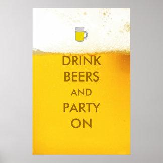 Cervezas y fiesta de la bebida en el poster de la