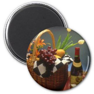 Cesta amarilla de la comida campestre con el vino, imanes para frigoríficos