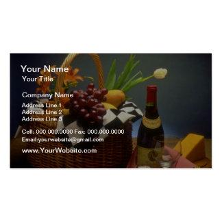Cesta amarilla de la comida campestre con el vino, plantillas de tarjeta de negocio