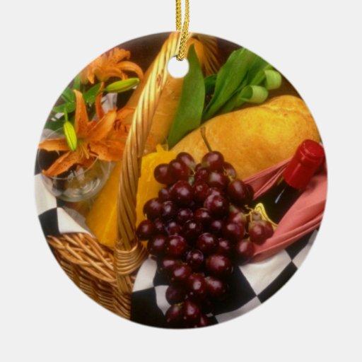 Cesta anaranjada de la comida campestre con el adorno redondo de cerámica