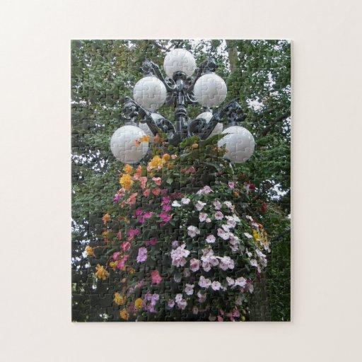 Cesta colgante de flores en un lamppost puzzle con fotos